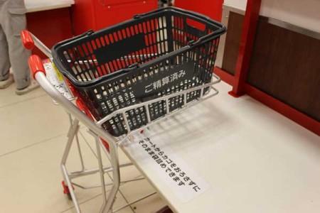 カゴをカートに置いたまま袋詰めできる新型台。西友ひばりヶ丘店地下食料品売り場 禁無断転載。