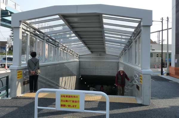 【エレベーターが併設された歩道橋と、自転車を押して通れる地下道。2015年3月22日撮影】