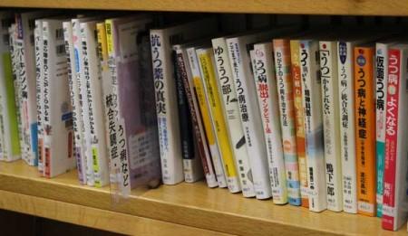 新しい表示になった書棚。ひばりヶ丘図書館