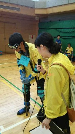 写真は、昨年の災害時要援護者疑似体験訓練の体験レポート(FM西東京提供)