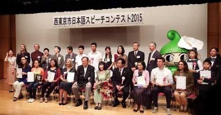 コンテストに出場者した人たち。中央が丸山浩一市長