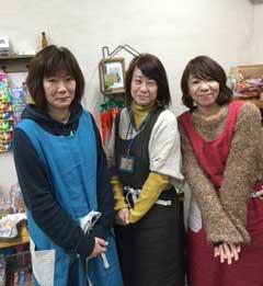 一緒に店を開いた仲間たち。中央が店主の山永和子さん