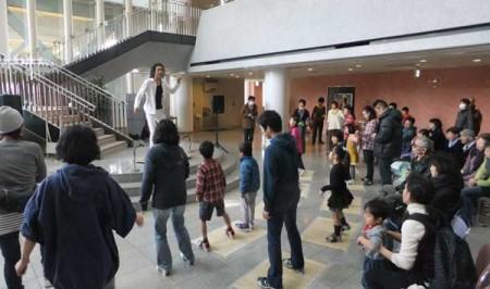 タップダンスのワークショップで振付の練習(提供=子どもげきじょう西東京)
