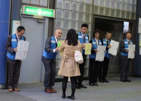 東久留米市の並木市長らが画応募金に立った(写真©ひばりタイムス)