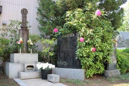 駅前から移された戦災者慰霊塔(平和観音)と石碑(©ひばりタイムス)