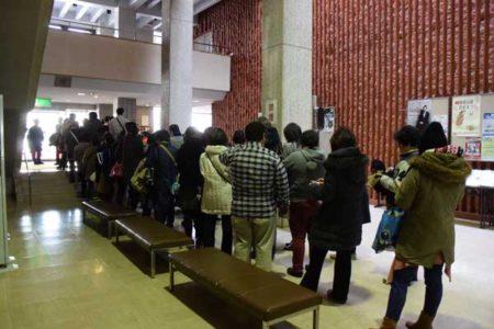 2月28日、開場を待つ人々の列。閉会後に行なわれた校長の手記へのサイン会にも長蛇の列ができた。(写真は筆者提供)