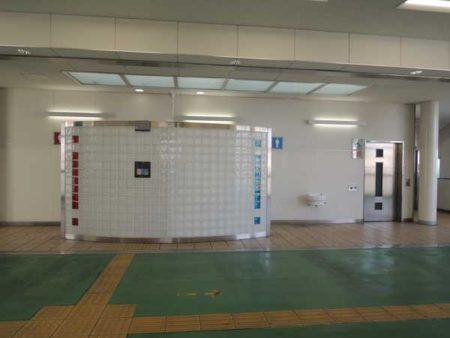 改札正面にある西武柳沢駅のトイレ(写真は筆者提供)