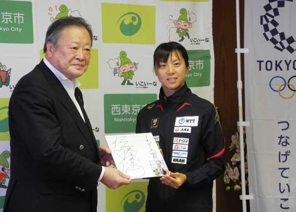 丸山市長から花束が、佐藤選手からはサイン色紙が贈られた(田無庁舎)