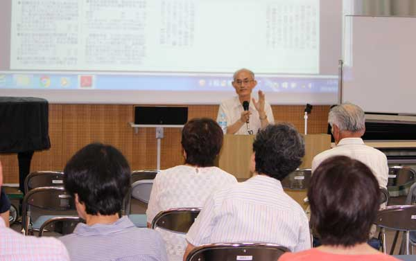 豊富なデータに基づきながら経済と暮らしを語る山家悠紀夫さん(柳沢公民館)