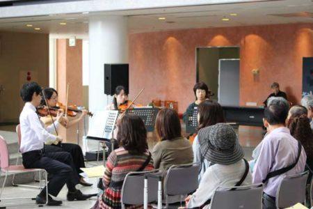 モーツァルトのディベルティメントK138を演奏する4人