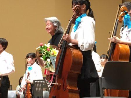 贈られた花束を手に、拍手に応える指揮者の大友直人さん(保谷こもれびホール)