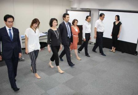 「重心を意識して歩きましょう」。右端が講師の鷹松香奈子さん