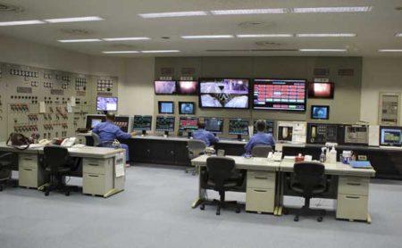 モニター画面で計測器のデータをチェックする中央制御室