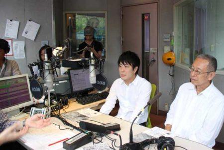 賀陽智之さん(左)と北嶋本編集長(FM西東京スタジオ)