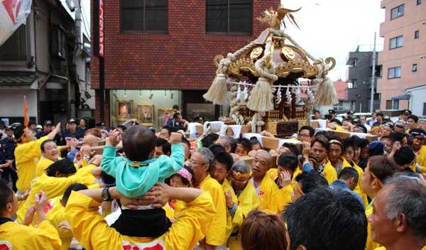 ヨイヨイ、ヨヤサッ。神社前は、担ぎ手と市民らが一体となった。
