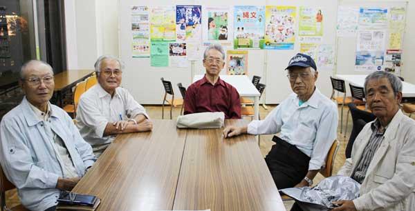 写真は「SAVE ザ 9条・SAVE ザ 憲法 西東京市民の会」のメンバー。左から中川航一さん、谷口捷生さん、森武郎さん、西紘洋さん、高橋良彰さん(田無公民館)