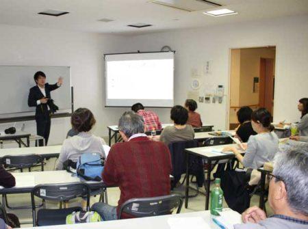 写真の基本を語る講師の賀陽智之さん(コール田無会議室)