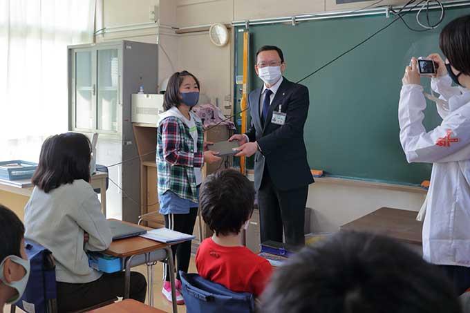 タブレットを渡す池澤市長